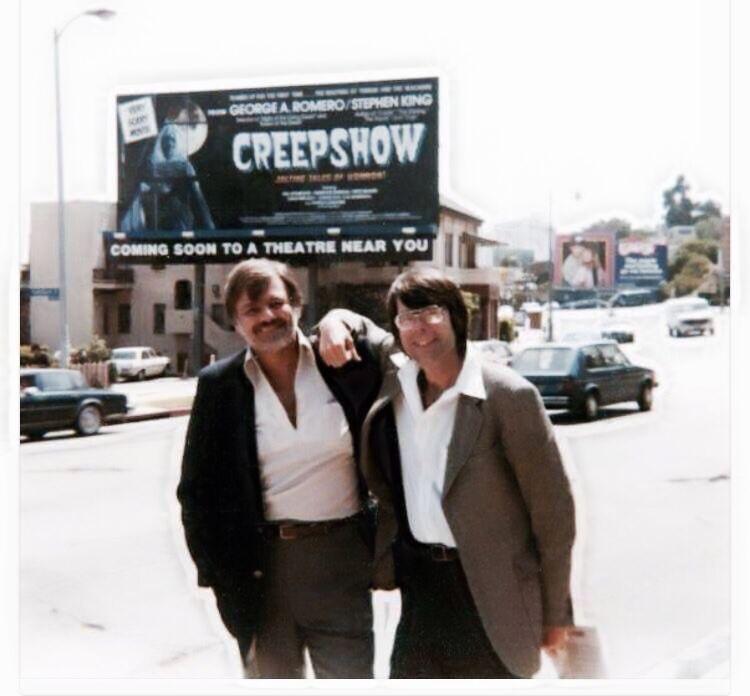 George Romero y Stepehn King, con el cartel de fondo de CreepShow