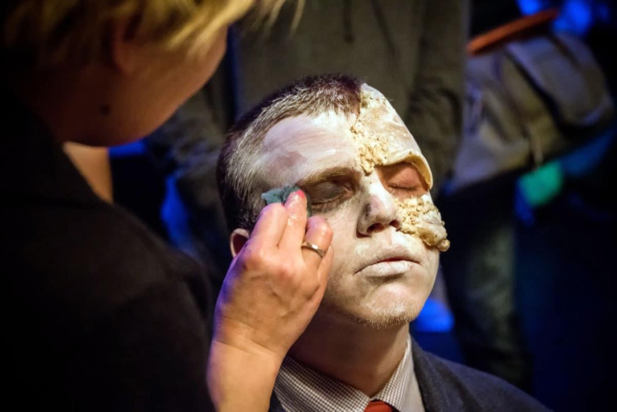 maquillaje-a-hombre-cara-muerto-viviente-halloween.jpg